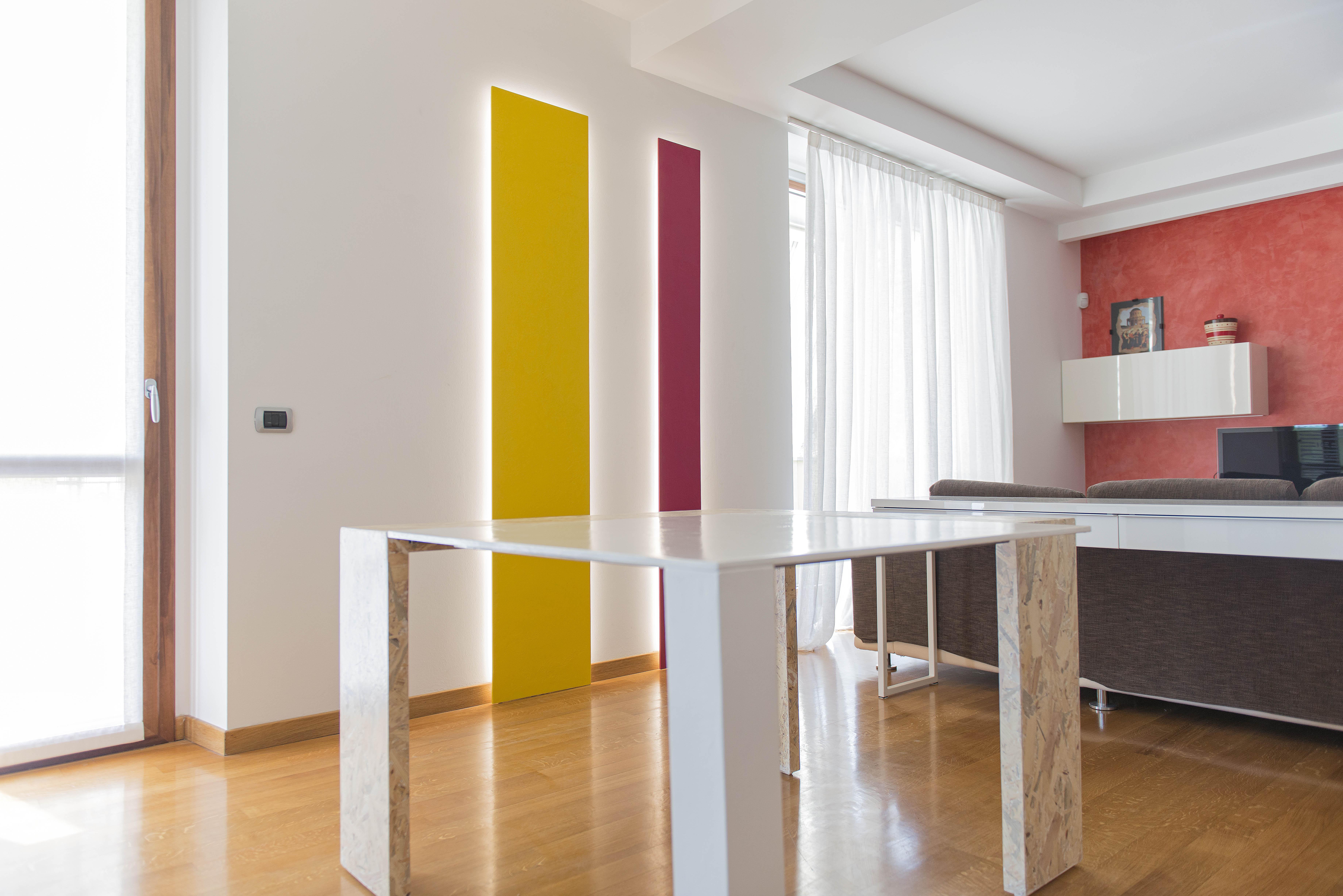 scultura luminosa e tavolo di design 02