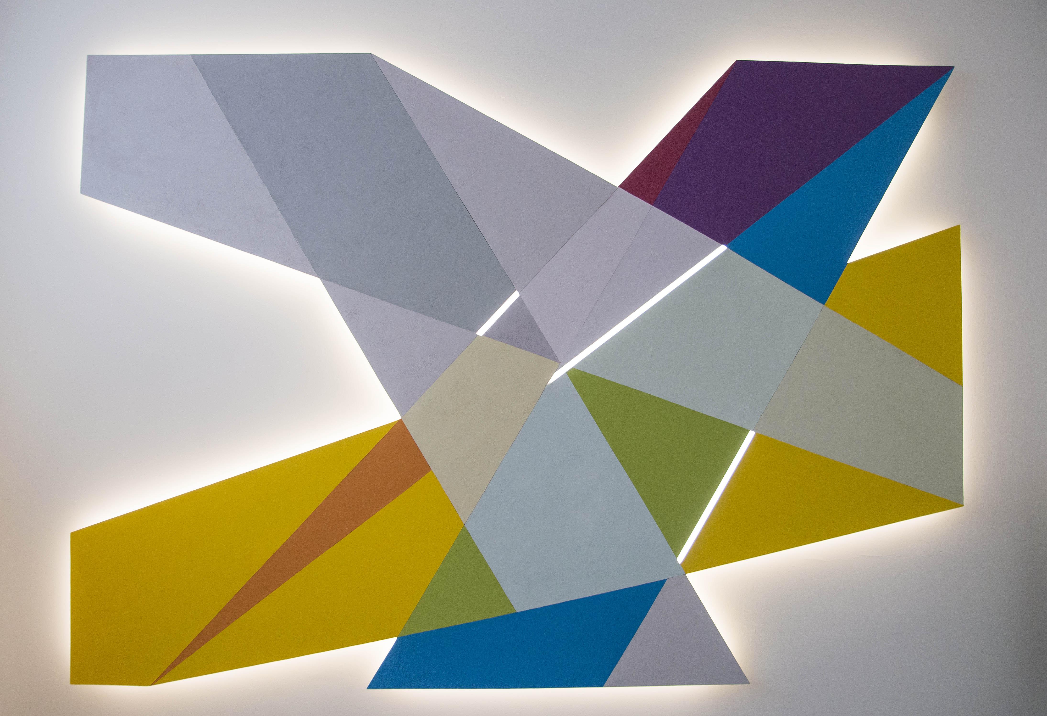 scultura luminosa e tavolo di design 6